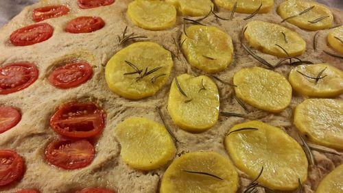 Focaccia integrale di farro con patate e pomodori