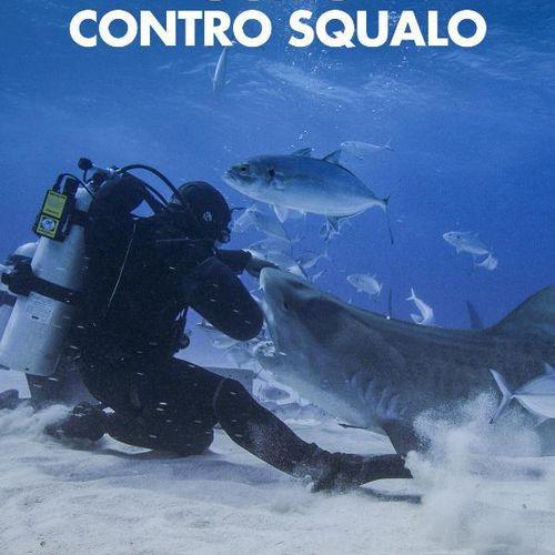 Uomo contro squalo